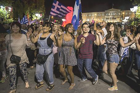 Жители Афин праздную окончание референдума о выходе Греции из еврозоны.