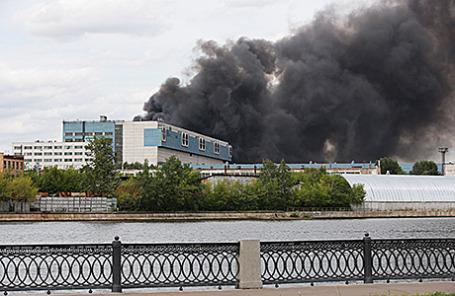 Во время пожара в здании цеха на территории бывшего завода ЗИЛ, Москва, 8 июля 2015.