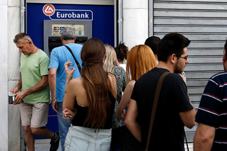 У банкомата Eurobank в Афинах. Фото: Alkis Konstantinidis/Reuters