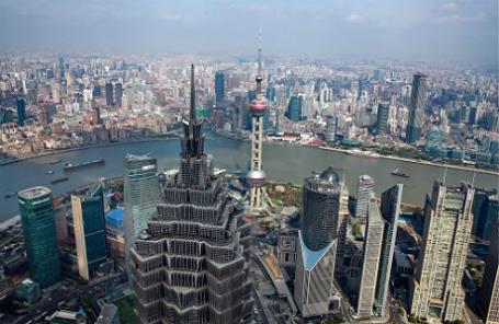 Китай, Шанхай. Вид на город с небоскреба Цзинь Мао в районе Пудун.