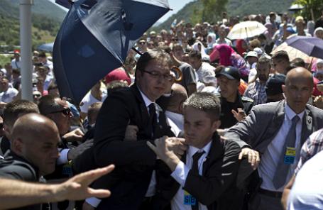 Премьер-министр Сербии Александр Вучич (в центре) на мероприятиях по случаю 20-й годовщины трагедии в Сребренице.