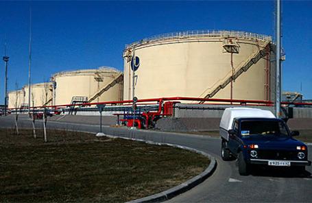 Вид на нефтеналивной терминал в морском торговом порту Усть-Луга.