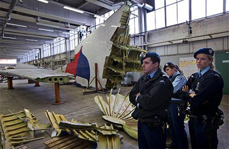 Обломки разбившегося на Украине малайзийского «Боинга» на авиабазе в Нидерландах.