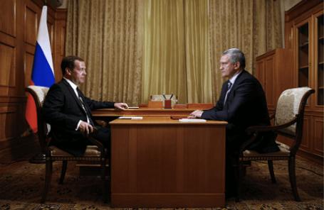 Премьер-министр России Дмитрий Медведев и глава Республики Крым Сергей Аксенов (слева направо)