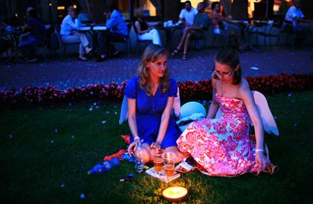 Посетители фестиваля «Сон в летнюю ночь» в Москве прошлых годов.