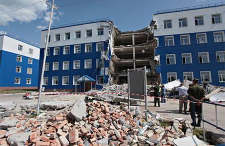 На месте обрушения здания в 242-м учебном центре ВДВ в поселке Светлый.