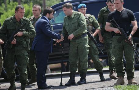 Зам председателя Народного Совета ДНР Денис Пушилин (второй слева на первом плане) и глава ДНР Александр Захарченко (второй справа на первом плане)