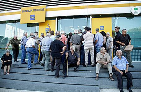 Люди стоят в очереди в отделение банка Piraeus. Крит, Греция, 20 июля 2015.