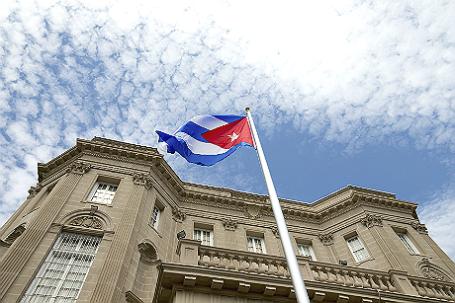 Флаг Кубы над посольством в Вашингтоне.