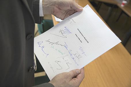 Официальный представитель МИД ФРГ Мартин Шефер держит в руках подписанную копию Совместного комплексного плана действий по ядерной программе Ирана.