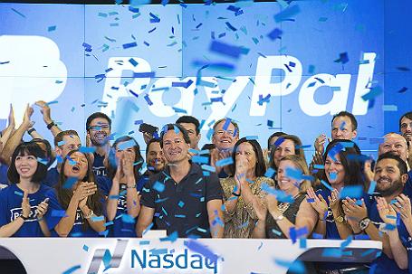 Глава PayPal Дэн Шульман вместе со своими коллегами празднуют повторный листинг акций компании.