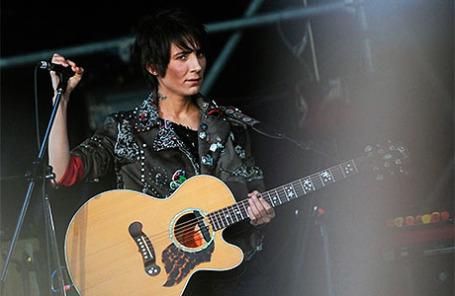 Певица Земфира во время выступления на открытом фестивале «Пикник Афиши» в музее-заповеднике «Коломенское» в 2011 году.