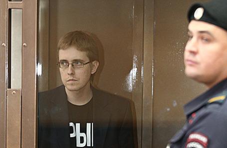 Лидер БОРН Илья Горячев (слева) перед оглашением приговора в Мосгорсуде. Москва, 24 июля 2015.