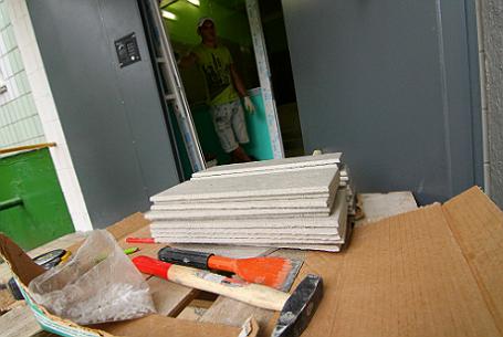 Материалы для укладки плитки в подъезде во время капитального ремонта многоэтажного панельного дома в Ясенево.