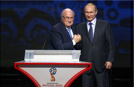 Глава Международной федерации футбола (ФИФА) Йозеф Блаттер и президент России Владимир Путин (слева направо) во время церемонии предварительной жеребьевки чемпионата мира по футболу 2018 в Константиновском дворце.