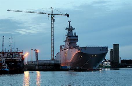 Вид на строящийся вертолетоносец «Владивосток» типа «Мистраль» для ВМФ РФ, передачу которого российской стороне Франция отложила из-за ситуации на юго-востоке Украины.