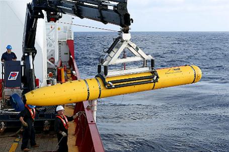 Экипаж австралийского военного судна Ocean Shield устанавливает пятиметровое устройство Bluefin-21 для акустического сканирования дна Индийского океана, куда предположительно упал Boeing компании Malaysia Airlines.