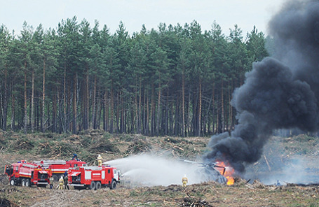 На месте падения вертолета Ми-28Н, разбившегося во время показательного полета во время авиашоу в рамках Армейских международных игр-2015. Рязанская область, Россия, 2 августа 2015.