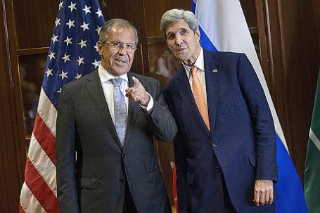 Российский министр иностранных дел Сергей Лавров (слева) и госсекретарь США Джон Керри (справа) на переговорах в Дохе, Катаре.