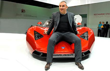 Президент российской компании Marussia Motors Николай Фоменко у автомобиля «Маруся».