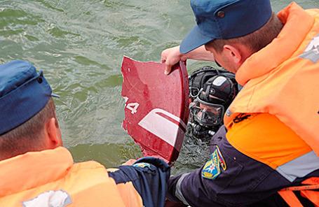 Сотрудники МЧС достают обломки в ходе поисково-спасательной операции на Истринском водохранилище, 10 августа 2015.