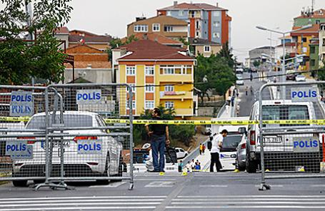 На месте атаки на полицейский участок в Стамбуле, Турция, 10 августа 2015.