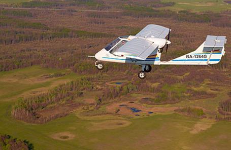 Сверхлегкий трехместный самолет «Бекас-2» во время полета.