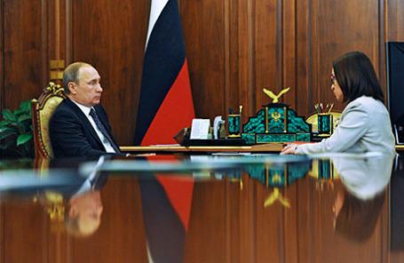 Президент РФ Владимир Путин и председатель Центрального банка Эльвира Набиуллина во время встречи.