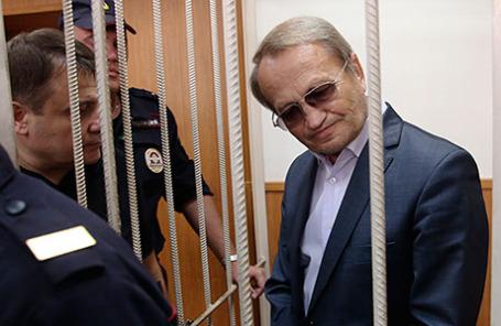Вице-губернатор Новгородской области Виктор Нечаев (справа), подозреваемый в получении взятки на сумму три миллиона рублей, во время рассмотрения ходатайства следствия об аресте в Басманном суде.