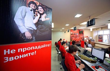 Сотрудники салона связи МТС во время работы