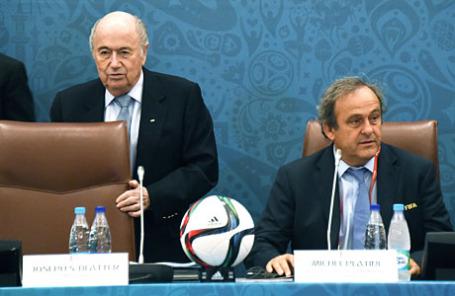 Президент УЕФА Мишель Платини(справа) и  бывший президент ФИФА Йозеф Блаттер.
