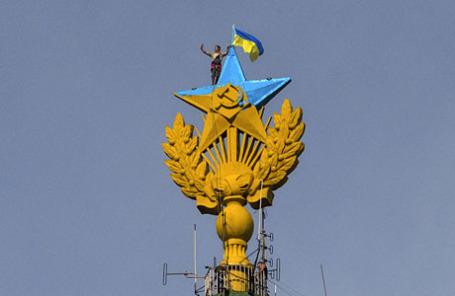 На высотном здании на Котельнической набережной был вывешен флаг  20 августа 2014 года.