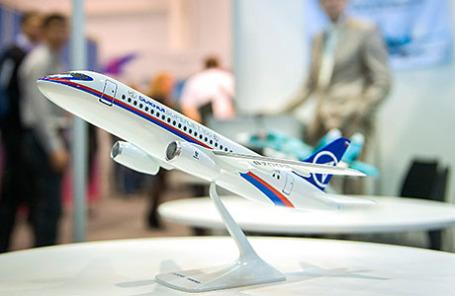 Модель самолета «Суперджет 100».
