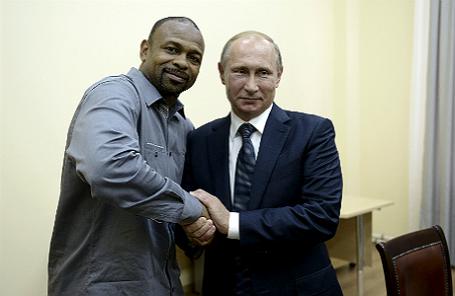 Президент России Владимир Путин (справа) и американский боксер Рой Джонс-младший (слева) на встрече в Севастополе (Крым).