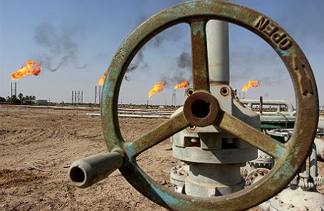 Распределительный кран для нефти и нефтепродуктов на нефтяном месторождении Бен Умар, к северу от Басры (Ирак).