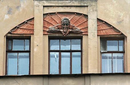 Санкт-Петербург. Лик Мефистофеля. Улица Лахтинская.