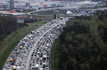 Автомобили на Московской кольцевой автомобильной дороге (МКАД).