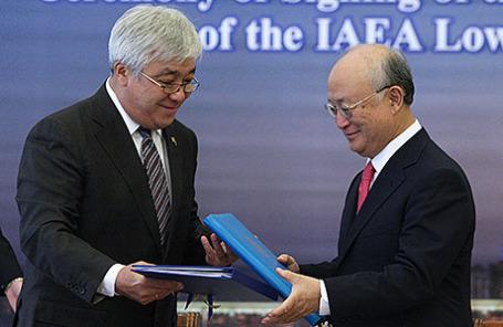 Министр иностранных дел Казахстана Ерлан Идрисов и генеральный директор Международного агентства по атомной энергии (МАГАТЭ) Юкия Амано (слева направо) на подписании соглашения о создании банка низкообогащенного урана (НОУ) на территории республики.