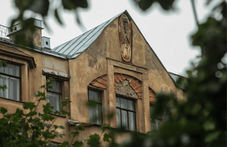 Вид на доходный дом Лишневского на Лахтинской улице, с которого вандалы сбили барельеф с образом Мефистофеля.