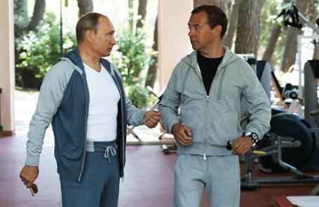 Президент РФ Владимир Путин и премьер-министр РФ Дмитрий Медведев (слева направо) в тренажерном зале в резиденции