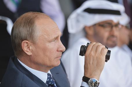 Президент РФ Владимир Путин (на первом плане) и наследный принц Абу-Даби, заместитель верховного главнокомандующего вооруженными силами Объединенных Арабских Эмиратов Мухаммед Аль Нахайян (на втором плане) на открытии Международного авиационно-космического салона МАКС-2015 в Жуковском.