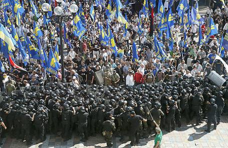 Демонстранты, выступающие против принятия поправки в Конституцию о децентрализации Украины, устраивают столкновения с полицией рядом со зданием киевского парламента.