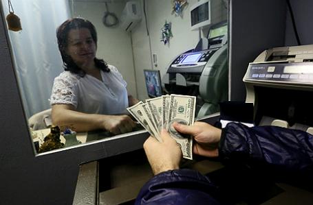 Сотрудница пункта обмена валют в Москве.