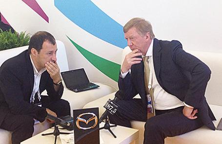 Председатель Правления УК «РОСНАНО» Анатолий Чубайс и главный редактор Business FM Илья Копелевич (справа налево).