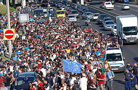 Мигранты идут в направлении границы с Австрией. Венгрия, 4 сентября 2015.