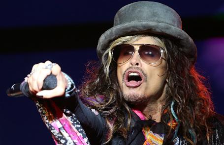 Лидер американской рок-группы Aerosmith Стивен Тайлер выступает на концерте, посвященном празднованию Дня города, на Лубянской площади.