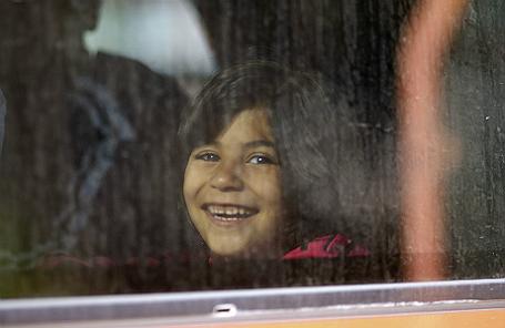 Девочка-беженка в поезде, направляющемся в Мюнхен через Вену.