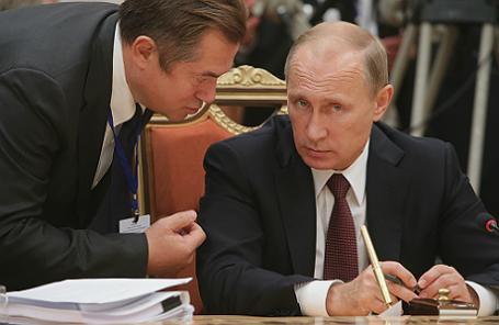 Советник президента России Сергей Глазьев и президент России Владимир Путин (слева направо).