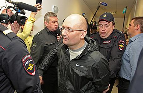 Управляющий АО «Заслон» Александр Горбунов (в центре), перед заседанием  Калининского суда Санкт-Петербурга, 9 сентября 2015.