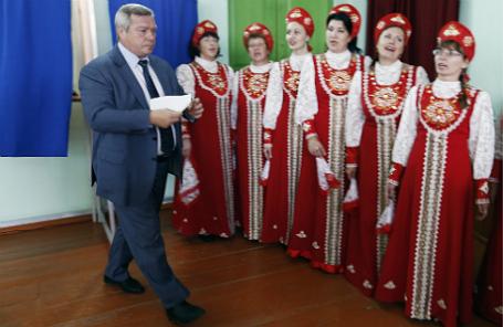 Врио губернатора Ростовской области Василий Голубев во время голосования на избирательном участке в поселке Водопадный.